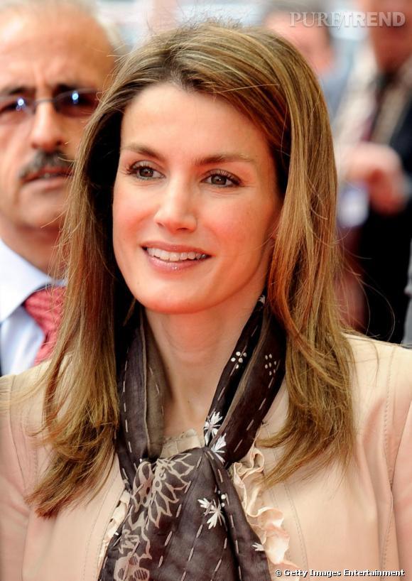 Letizia Ortiz, simplement élégante, un foulard autour du cou.