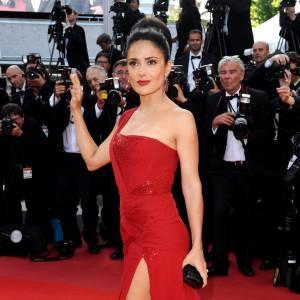 Comme pour sa première montée des marches du mercredi 12 mai, Salma Hayek reste fidèle à la maison Gucci. Une nouvelle robe one shoulder, mais cette fois-ci rouge vif et fendue. Effet sexy garanti.