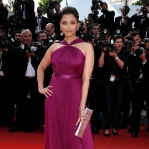 Aishwarya Rai s'est elle aussi laissé séduire par Gucci le temps d'une montée des marches, et est apparue dans une longue robe fluide dans les tons prune, pour une silhouette de vestale.