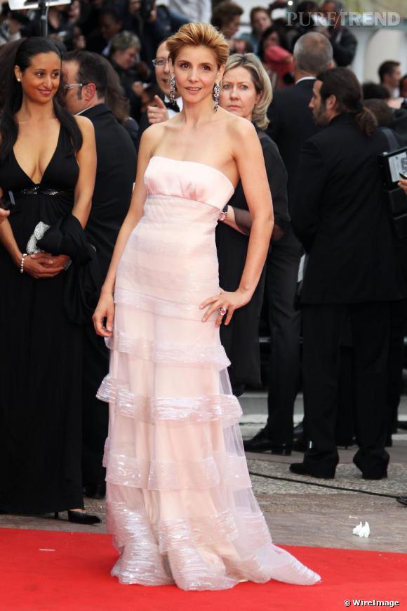 Clotilde Courau angélique dans une robe bustier rose sur le tapis rouge au festival de Cannes.