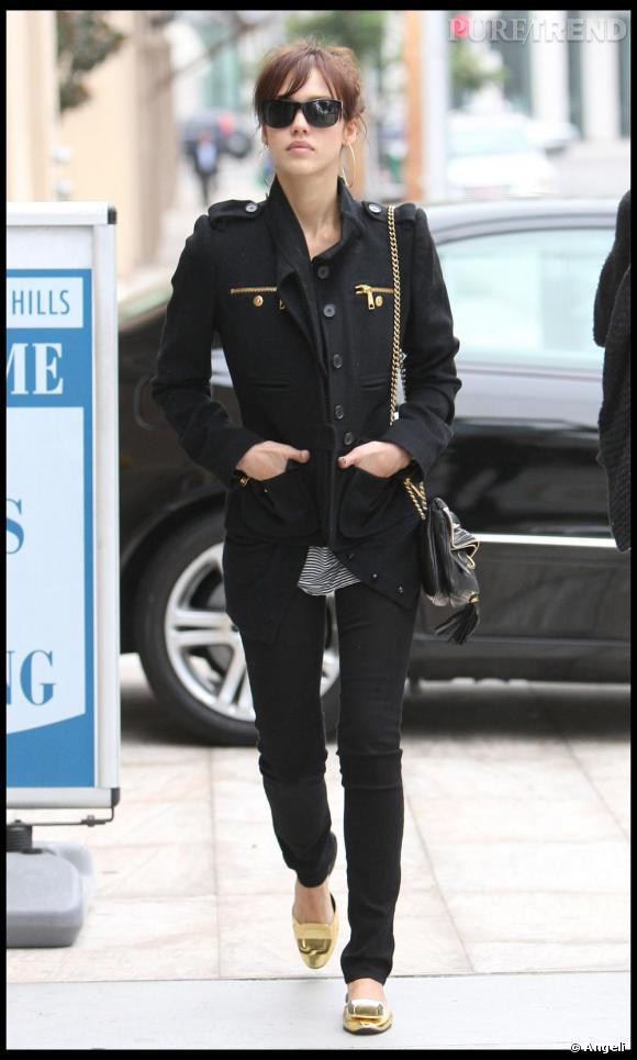 Jessica Alba toute de noir et or vêtue : très chic, même pour se ballader dans la rue.