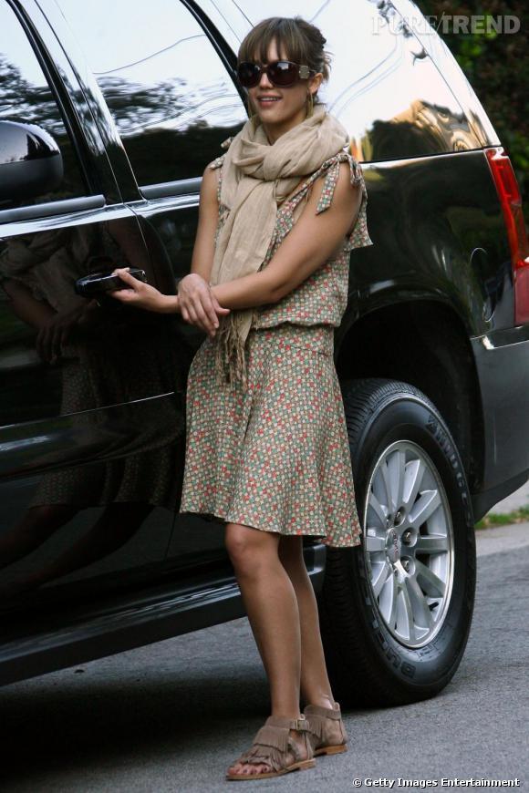Une petite jupe printanière, un maxi foulard et des sandales frangées, Jessica Alba semble s'habiller avec style et sans efforts.