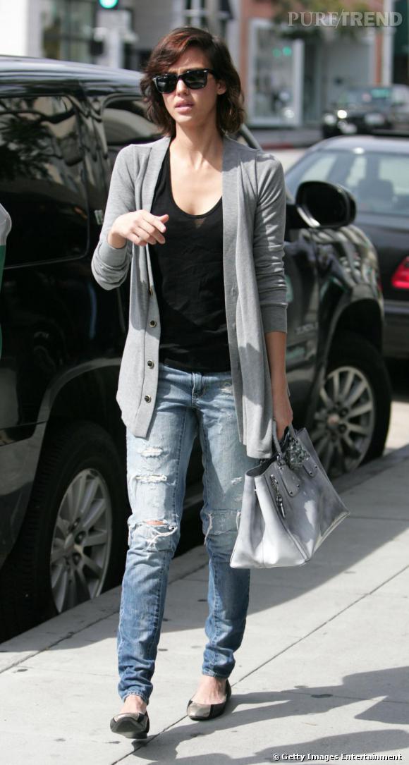 Même dans une tenue ordinaire, Jessica Alba semble lookée. L'astuce : miser sur des pièces qui mettent en valeur.