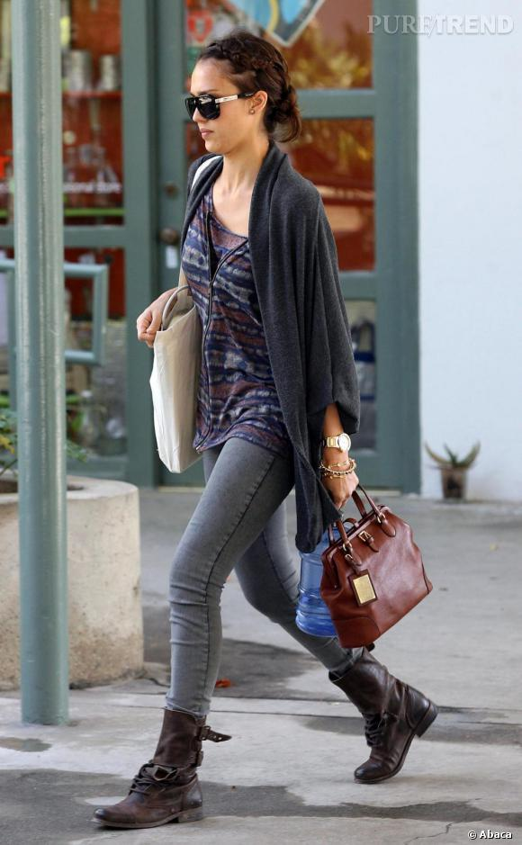Jessica Alba est une véritable fashionista. La star mixe les style avec audace et réussite comme le sac très féminin et les bottes de motard.