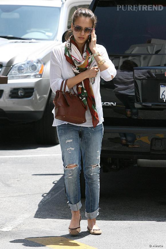 On voit très souvent l'actrice avec son téléphone à l'oreille : Jessica Alba est une jeune maman débordée, mais ultra trendy.