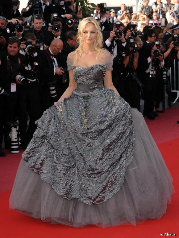 Adriana Karembeu en robe de princesse