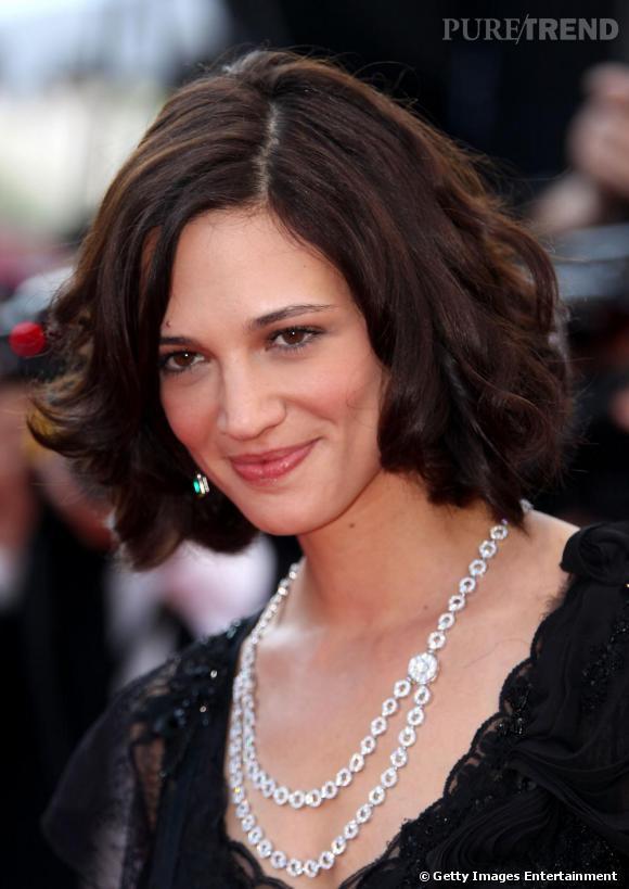 Asia Argento est sublime avec des cheveux ondulés, un maquillage parfait et un double collier en diamants.