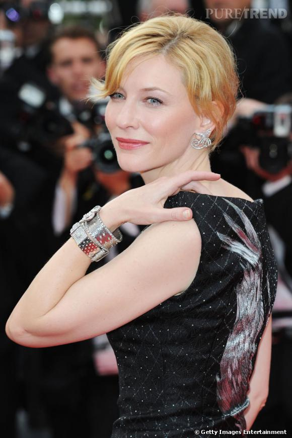 Cate Blanchett était parée de bijoux Van Cleef & Arpels. L'actrice australienne portait des boucles d'oreilles en or et diamants et deux bracelets vintage en platine serti de diamants.