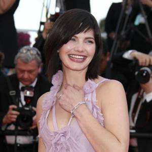 """Delphine Chanéac portait des bijoux Dinh Van : un bracelet """"Maillon"""" pavé de diamants et une bague 70's en or blanc et diamants."""