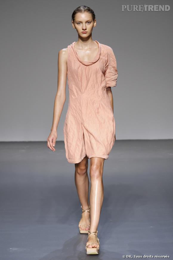 Défilé Calvin Klein Printemps-Eté 2010 Une robe asymétrique en coton froissé dans un rose pastel qui donne une allure décontractée et fraiche.