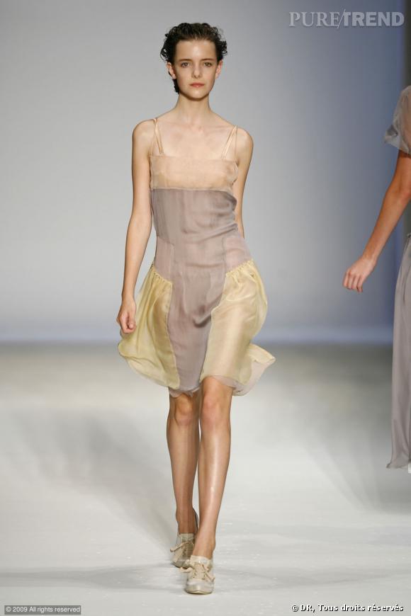 Défilé Alberta Ferretti Printemps-Eté 2010    Les couleurs transparentes sont associées comme un patchwork. Graphique mais romantique.