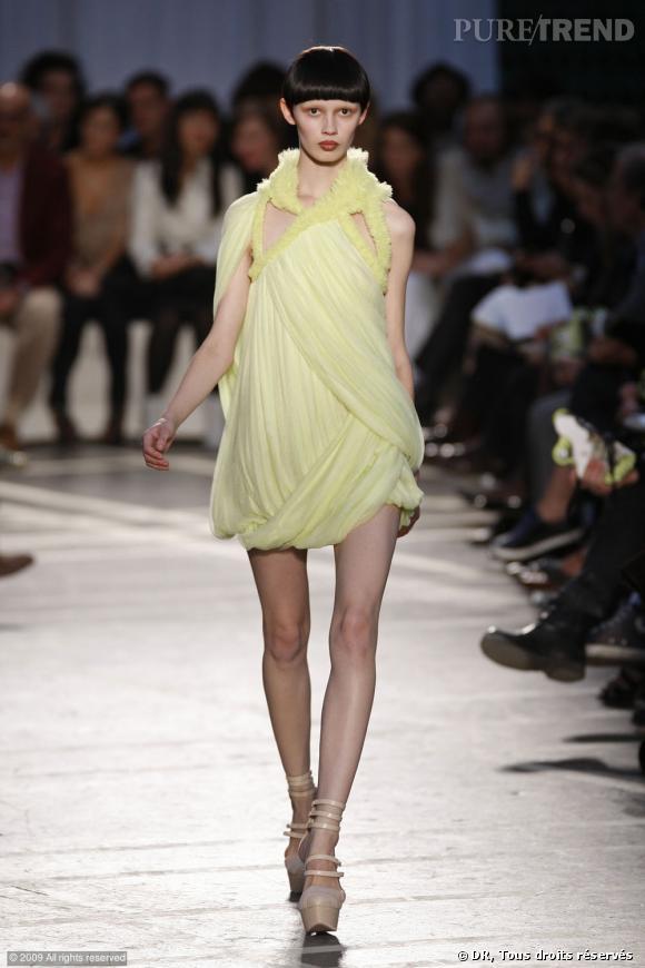 Défilé Givenchy Printemps-Eté 2010    Le jaune citron atténue le côté graphique de la robe  Givenchy, dont on raffole des emmanchures en rucher.