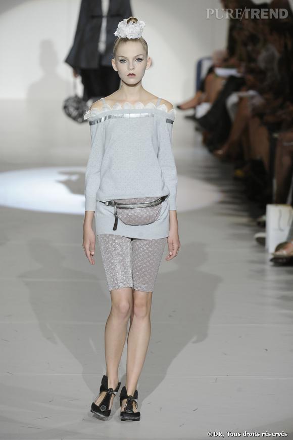 Défilé Marc Jacobs Printemps-Eté 2010    Un bleu lavande sur un pull mou mais réhaussé de détails féminins : pétales en mousseline et ruban. Pour une silhouette sporty-chic.