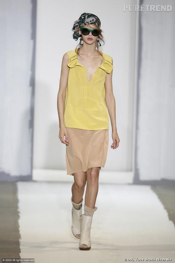 Défilé Marni Printemps-Eté 2010    Un look bohème chic chez Marni où le jaune se marie avec le beige sur de la soie. La preuve que les couleurs douces sont aussi l'allié d'une silhouette moderne.