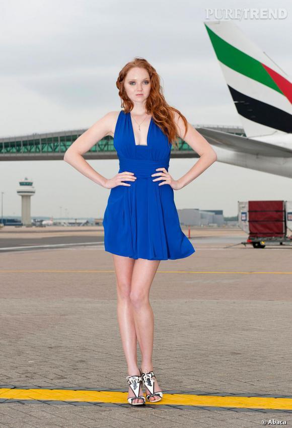 Lily Cole joue avec les contrastes : le top model oppose une robe bleu vif à son teint pâle et ses cheveux roux. Divin.