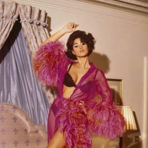 Monica Bellucci revisite les années 50 en déshabillé rose à plumes, 1991.