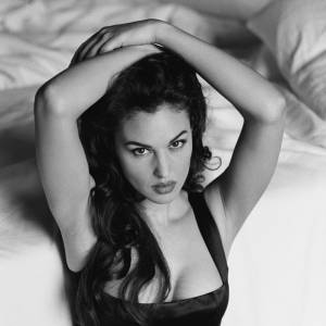 1996, la Monica Bellucci aux long cheveux de jais est déjà là, en noir et satin qui vont devenir presque sa marque de fabrique.