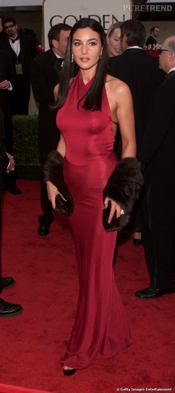 2001, Monica Bellucci se drape dans une somptueuse robe fushia pour les Golden Globes.