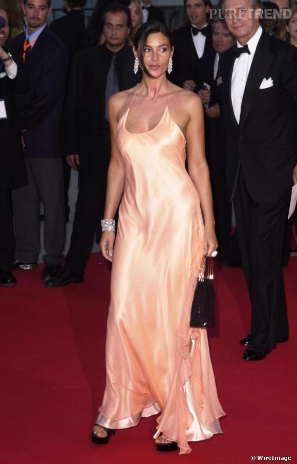 Janvier 2001, Monica Bellucci tente le fluide avec une robe esprit lingerie