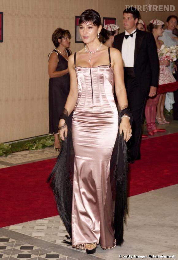 Pour l'année 2002, Monica Bellucci s'essait au style corset sensuel.