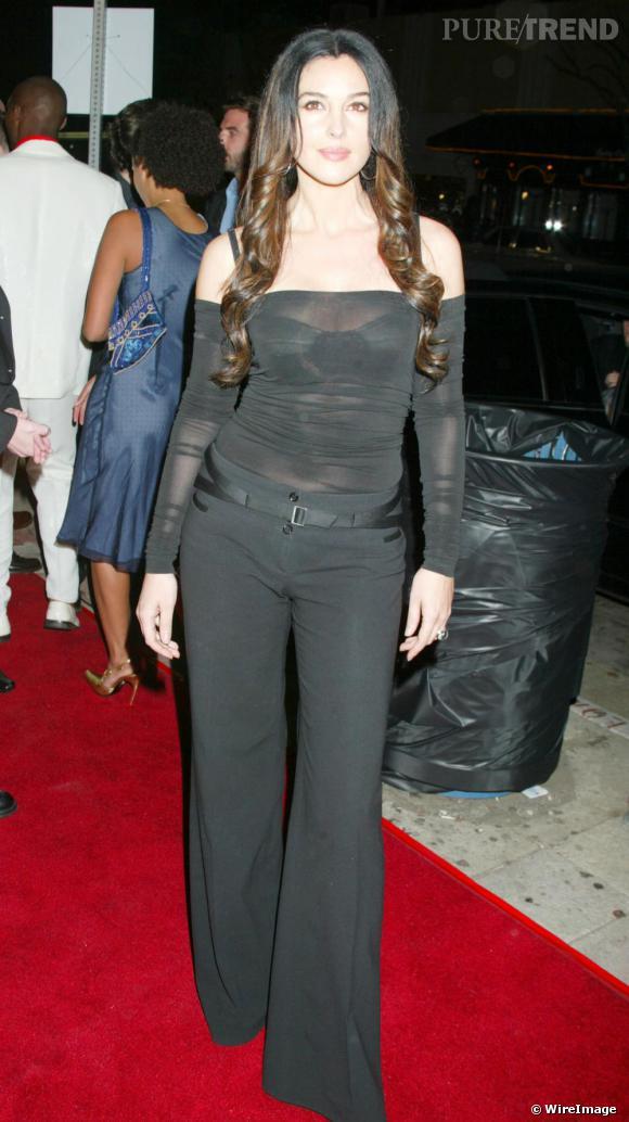 En 2003, pour la première d'un film, Monica Bellucci délaisse sa robe de bal pour un pantalon évasé et un haut transparent près du corps.
