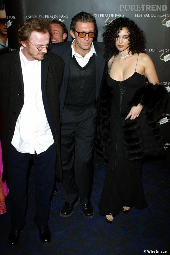 Pour 2004, c'est la transformation pour Monica Bellucci qui opte pour un carré bouclé et une robe très décolletée au bras de son mari, Vincent Cassel.