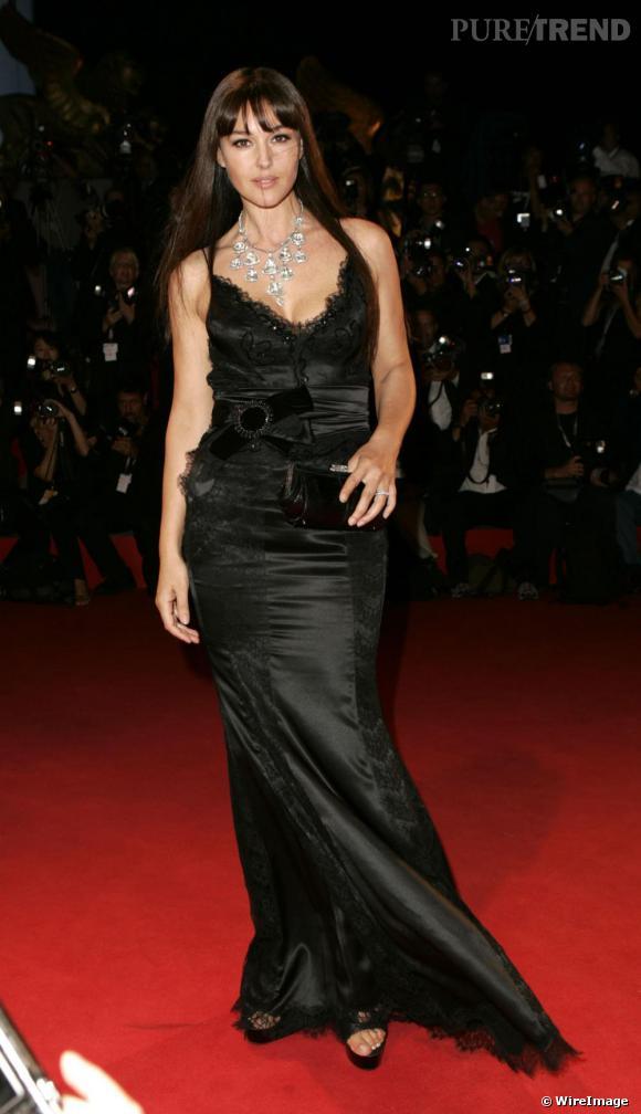 Monica Bellucci dangereusement glamour en robe noire satinée, 2005.