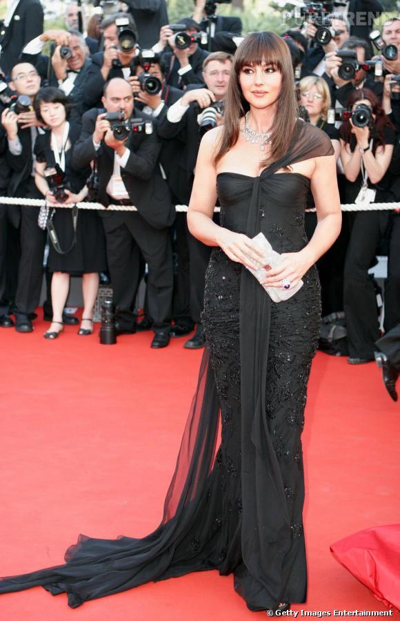 """En 2006 pour le festival de Cannes, Monica Bellucci apparaît dans son """"uniforme"""" la longue robe noire bustier."""