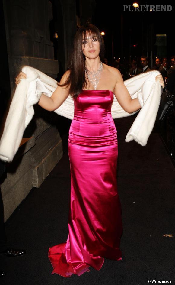 Pour Dolce&Gabbana en 2008, Monica Bellucci joue le total look bimbo dans une robe fushia satinée et boa blanc.