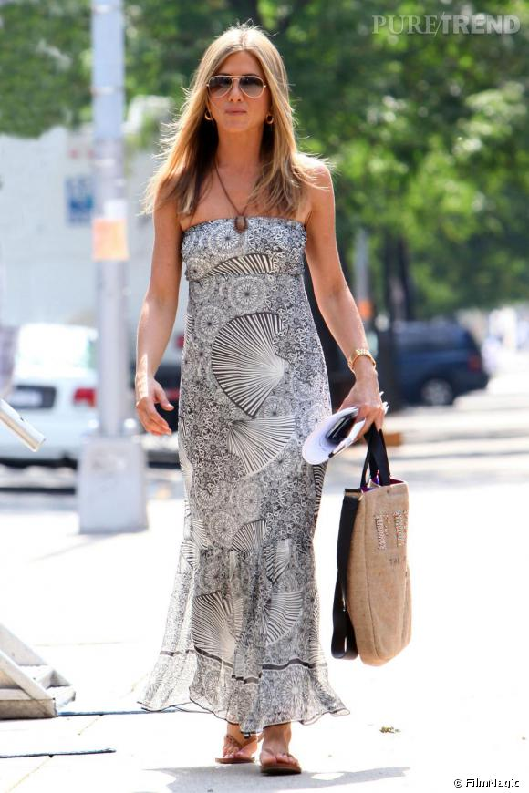 La robe longue est l'indispensable de l'été, ici portée par Jennifer Aniston