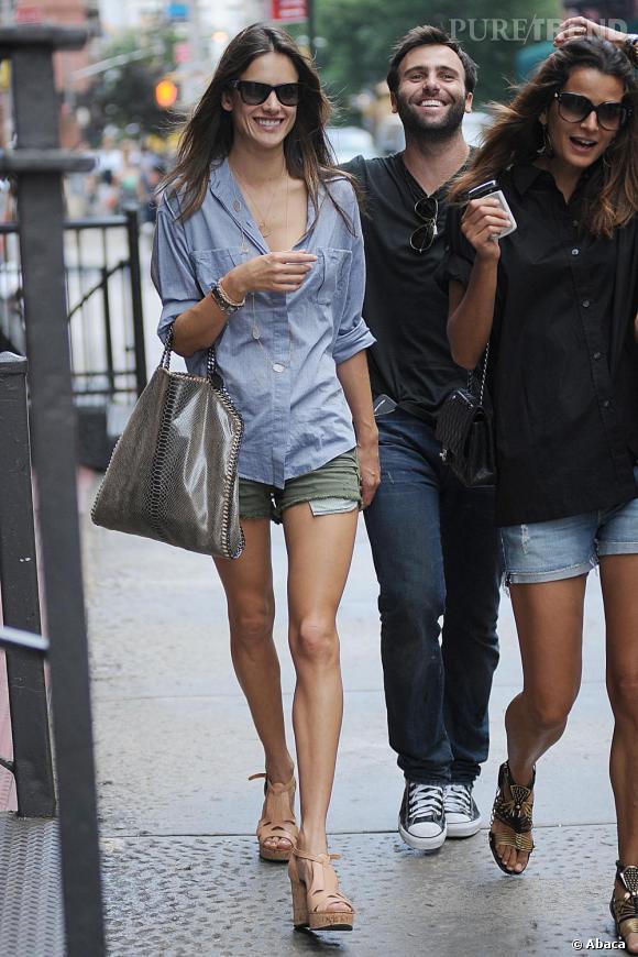 Alessandra Ambrosio opte pour un look simple mais tendance dans les rues de New York
