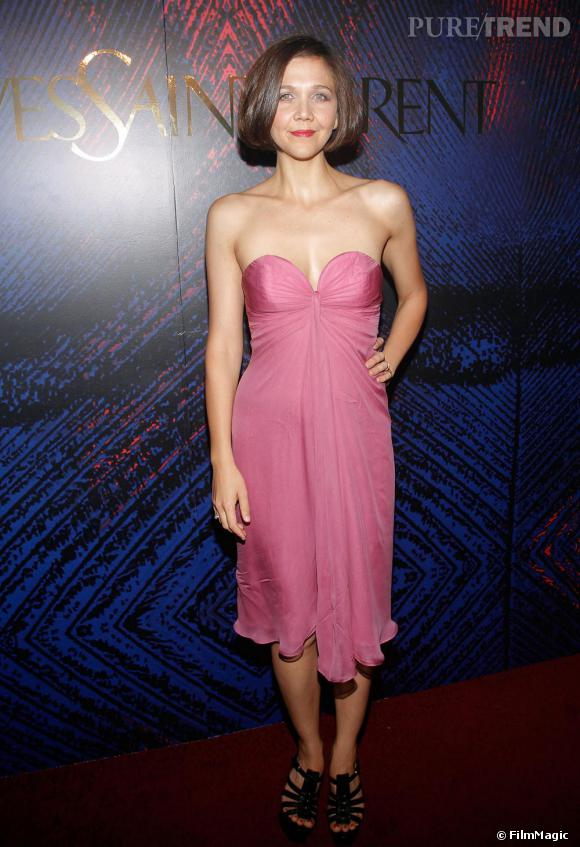 Maggie Gyllenhaal optait pour une robe féminine pour la soirée Belle d'Opium d'Yves Saint Laurent