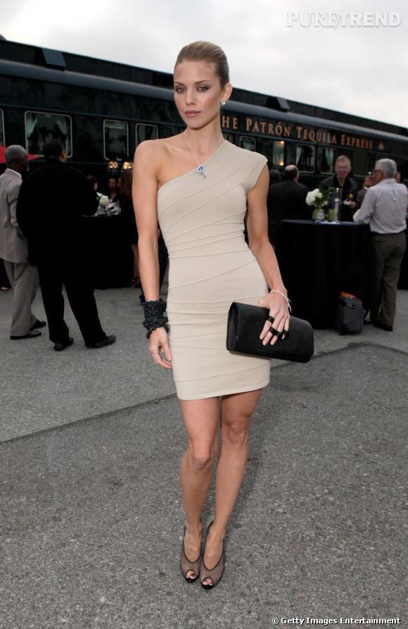 Toujours aussi sexy, Annalynne portait ce soir-là une minirobe bodycon.