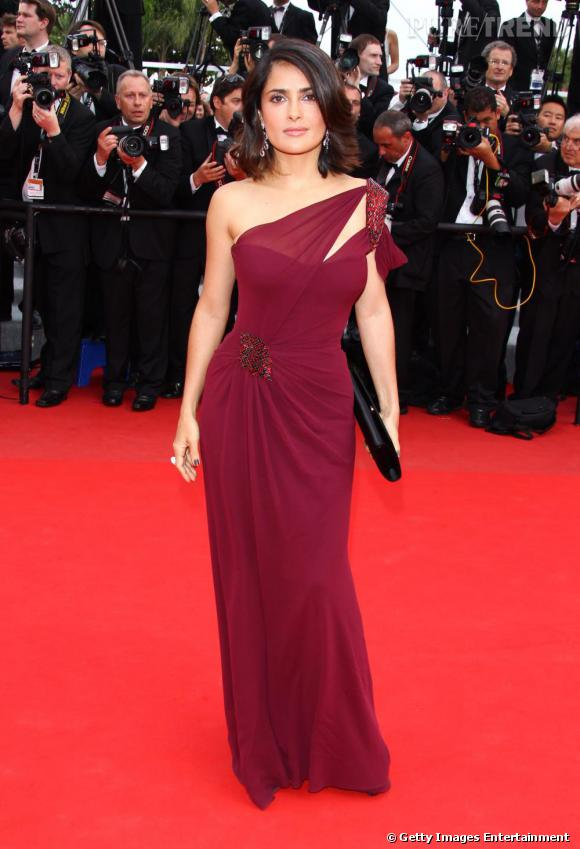 Numéro 1: les robes de soirées Grande habituée des red carpets, Salma maitrise le look de première et a su faire de la longue robe one shoulder un atout charme.