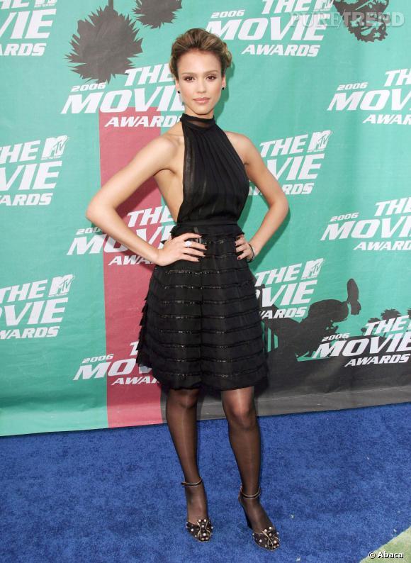 Allure sage, mais coupe férocement sexy : cette petite robe de Jessica Alba est plus coquine qu'elle ne parait.