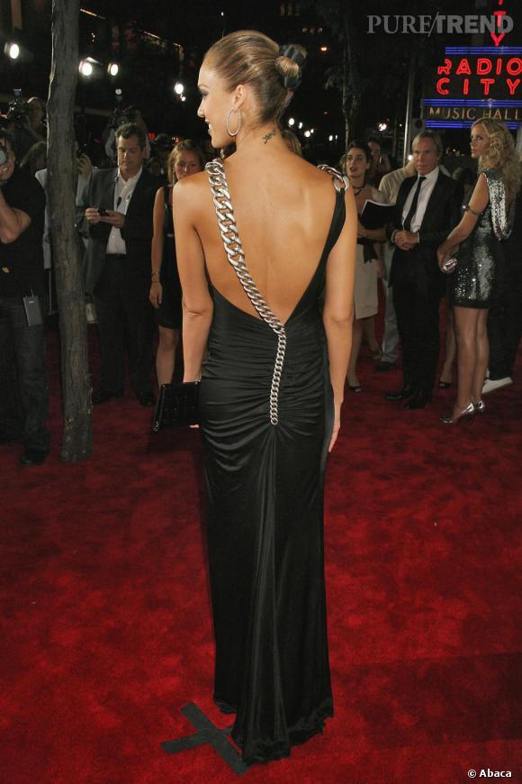 Originale et sensuelle, cette robe donne une allure glam à Jessica Alba.