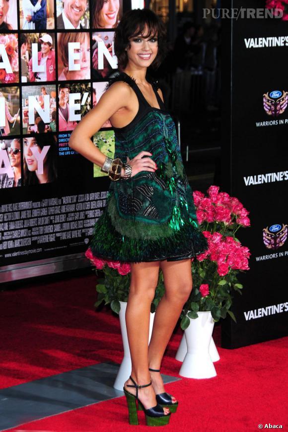Micro robe et talons à plateaux vertigineux : la combinaison sexy de Jessica Alba.