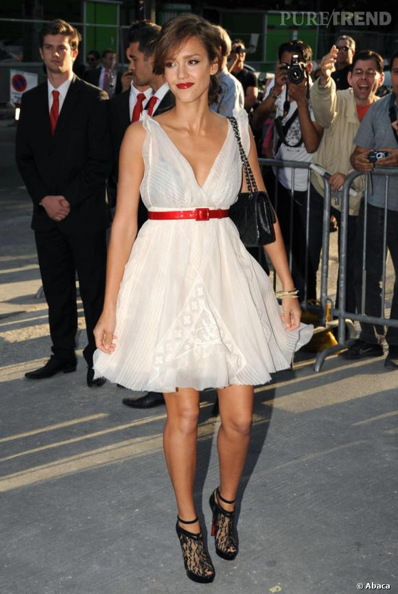 Jessica Alba joue avec sensualité de la transparence de cette petite robe Chanel.