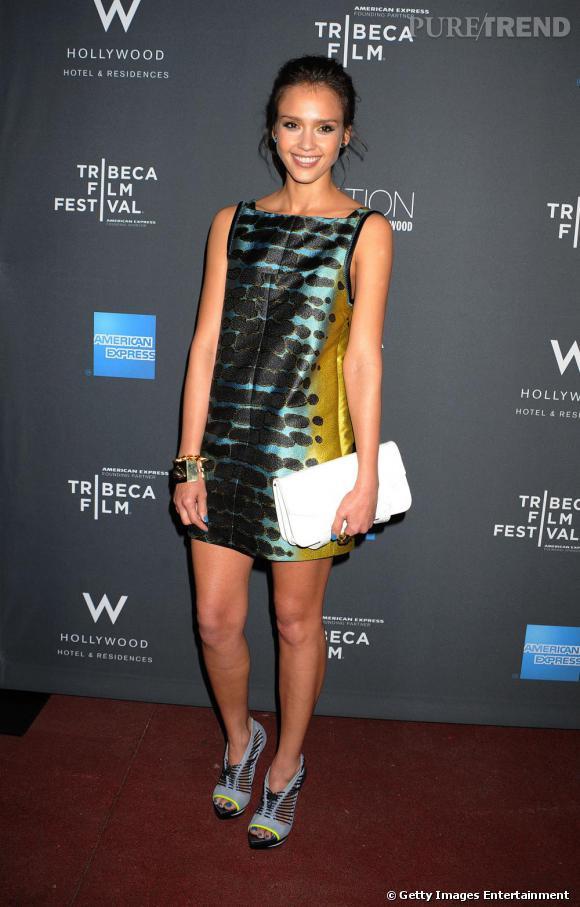 Jessica Alba est sauvagement sexy dans cette petite robe ethnique signée Proenza Schouler.