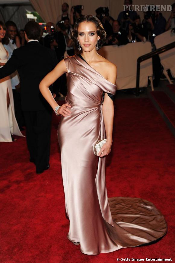 Sensuelle et glamour, Jessica Alba se révèle discrètement en Gap.