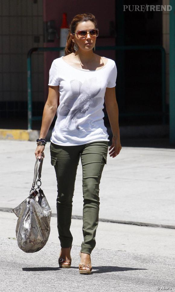 Eva Longoria succombe elle aussi au style militaire chic du cargo pants.