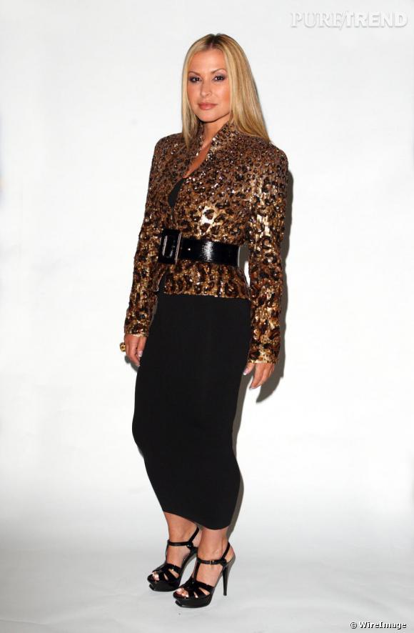 Si le mix or et noir était une bonne idée, elle choisit une jupe à la longueur très peu flatteuse.