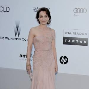 Kristin Scott Thomas opte pour une allure douce et élégante dans cette robe nude finement drapée.