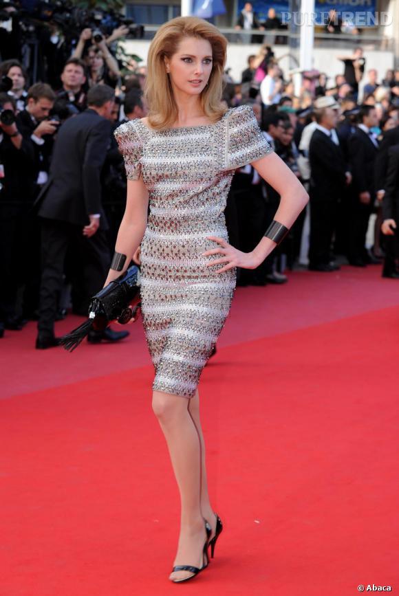 L'ex Blonde préférée des Français, Frédérique Bel, a tout d'une fashionista : l'allure glamour, la silhouette filiforme, la création glitter et originale Max Azria.
