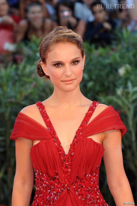 La rouge profond de la robe fait briller les jolies yeux noisettes de l'actrice.