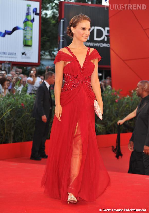 Natalie laisse apparaitre sous sa somptueuse robe rouge ses belles jambes menues.