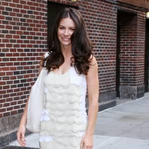 Pour apporter une touche finale à son look white, Evangeline Lilly opte pour le Julia en forme de lune.