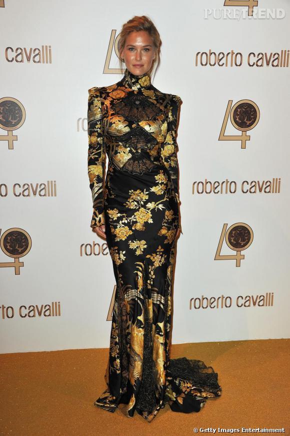 Bar Refaeli n'est pas mise en valeur dans cette robe qui alourdi sa silhouette.