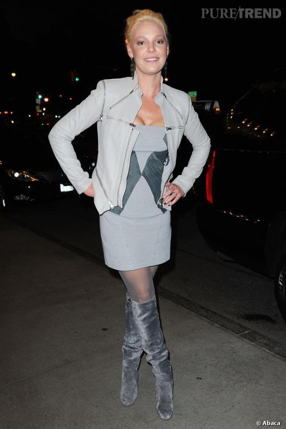 Il serait un peu trop facile de faire un jeu de mot sur son ancienne série Grey (gris)'s anatomy, pourtant Katherine Heigl ne fait rien pour aider avec un total look gris, des bottes en velours qui devraient être bannies de tous les dressings sans parler d'une couleur de cheveux ratée !