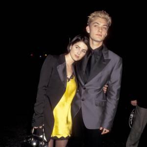 En 1995, Jude Law n'est que le petit ami d'une actrice déjà connue, Sadie Frost. Côté look il opte pour le satiné un peu too much et une décoloration de très mauvais goût.